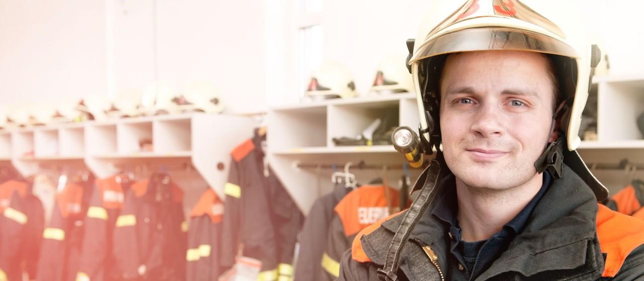 Feuerwehrmann in Mannschaftsumkleide